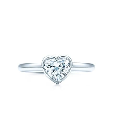 Tiffany Bezet sigue el contorno de un diamante estilo corazón, destacando su forma con una estilizada montadura de bisel en platino. Elegante, moderno y sencillamente resplandeciente. http://www.tiffany.com.mx/Shared/Engagement/Media/Products/SKU/GRP10049/24602729_d_1_1.jpg