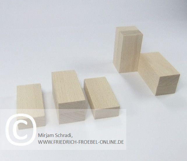 Wohnküche aus Holzbausteinen natur mit Spielgaben nach Froebel (Spielgabe 4)