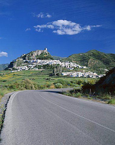 Camino con pueblo blanco en la distancia, Zahara de la Sierra, Andalucía, España, Europa