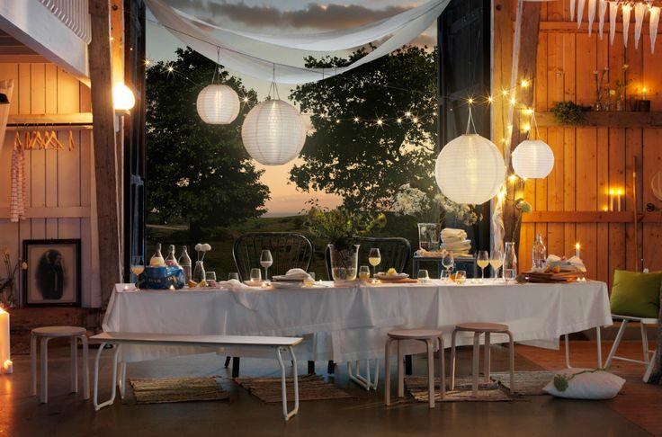ホワイトのリネンでつくったキャノピーや、つるしたランプ、キャンドル、花、新鮮なレモン、ラグ、真っ白なリネンのテーブルクロスで納屋を飾りましょう。