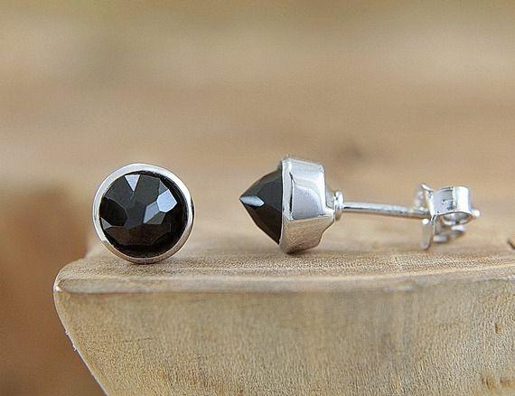 Boucles d'oreilles pointe en argent et pierre naturelle de spinelle noir Puces d'oreilles noires en forme de cone Bijou artisanal