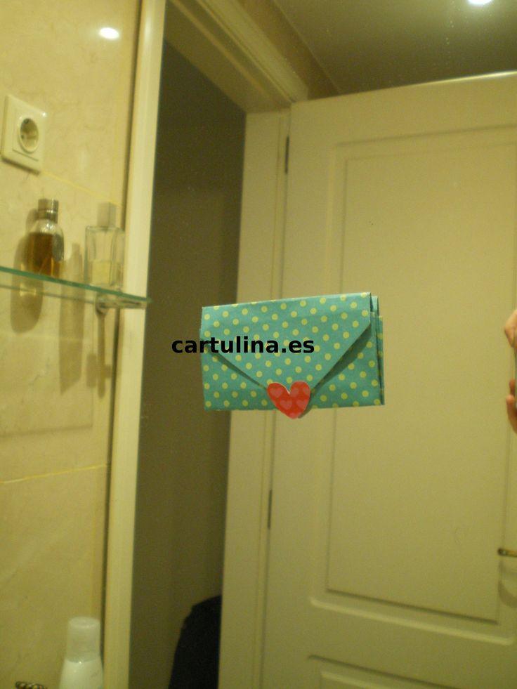http://cartulina.es/detalles-para-mi-novio-artesanales/ Sorprende a tu pareja con romántico mensaje en sobre de forma corazón