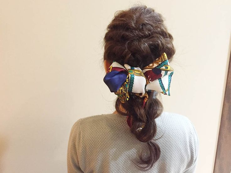 スカーフをヘアアレンジのアクセントにして注目度アップ