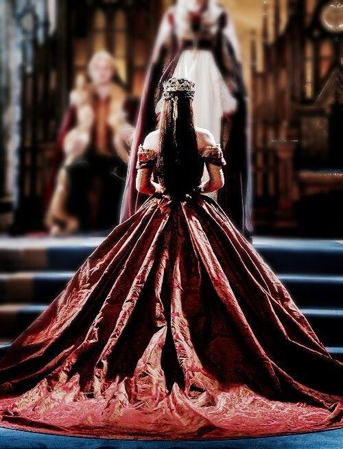 """"""" Não há um deus; salve o rei. Não há um rei; salve a rainha. Não há ninguém para protegê-la. Devemos correr ou ficar? Devemos permanecer. E a Rainha deve reinar. A Rainha deve reinar. """" Cântico Coroniano"""