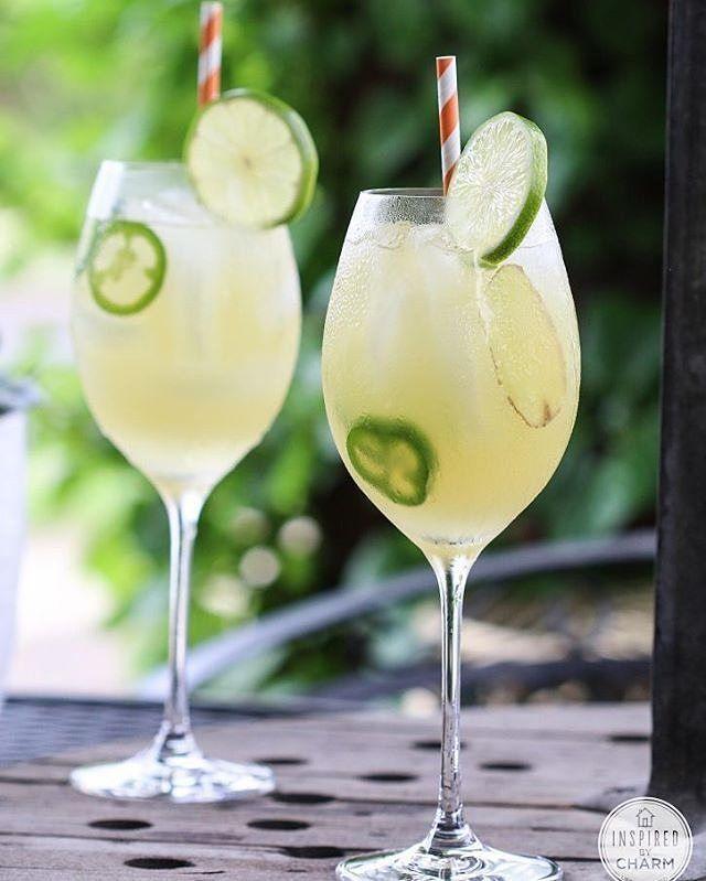 Sweet Heat  Ingredientes:  2 oz de vodka 1 1/2 oz de jugo de piña 1/2 oz de jarabe simple 3 rodajas finas de jalapeño 2 rodajas de jengibre Una rodaja de de limón para decorar  Preparación:  En una coctelera, macera el jalapeño y el jengibre. Agrega hielo, vodka, jugo de piña y jarabe simple.  Agita vigorosamente.  Sirve en una copa (refrigerada) con un colador y decora con una rodaja de limón. Si deseas reforzar el sabor picante, ahoga una rodaja de jalapeño.