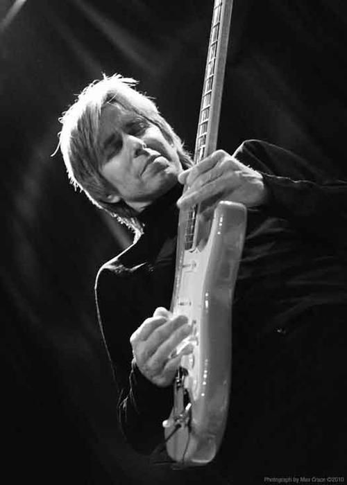 Eric Johnson- Le cure shared green room area w them at House of Blues. Plus photo :)