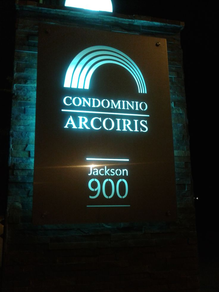 Diseño y letrero en acero Inoxidable condominio Arco iris
