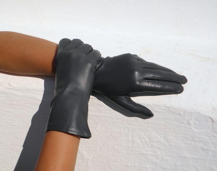 Šedé rukavice s hedvábnou podšívkou Dámské kožené rukavice s hedvábnou podšívkou, která v teple chladí a v zimě hřeje - jsou celoroční. Zvolte správně velikost rukavic. Viz. obrázek! Proč zvolit rukavice s hedvábnou podšívkou? Hedvábná podšívka je celoroční. Lze ji nosit na jaře, na podzim i do společnosti.V teple se v ní ruce nepotí. A v zimě hřeje až do ...