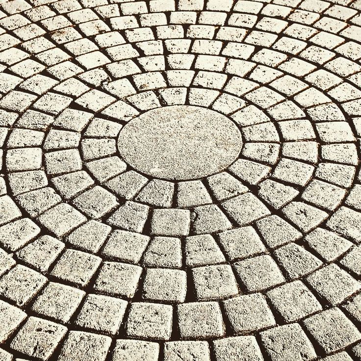 Идеальное решение для #патио или небольшой #площадки . Уложенная кругами #тротуарнаяп #плитка будет смотреться #изумительно!!!  #trotterrussia #брусчатка #укладка #дача #участок #дом #patio #home #строительстводорог #square #block #design #architecture #moscow #pavingstones  Заказать услугу по укладке тротуарной плитки можете по тел 8 (495) 003-35-45