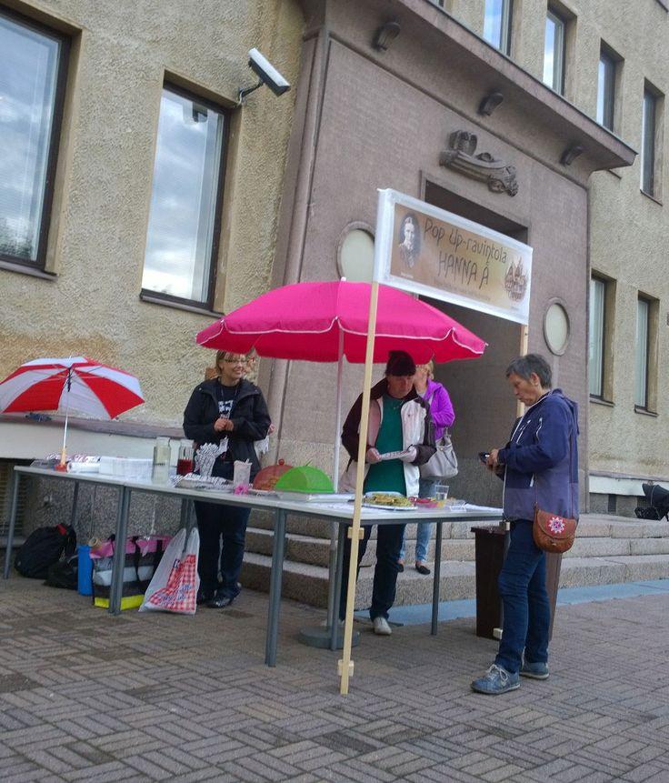 Kauppa kävi vilkkaana Kahvila Hanna Å:ssa. Oulu (Finland)