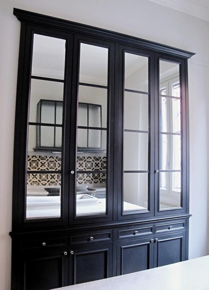 la credenza smaltata grigio ardesia con le ante specchiate per  un riferimento al più milanese dei bistrot.progetto Monica Cattaneo