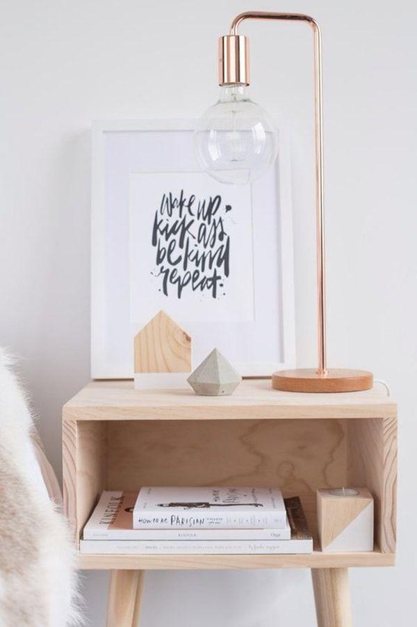 Una lámpara de mesa / lámpara de noche de cobre con una forma original.