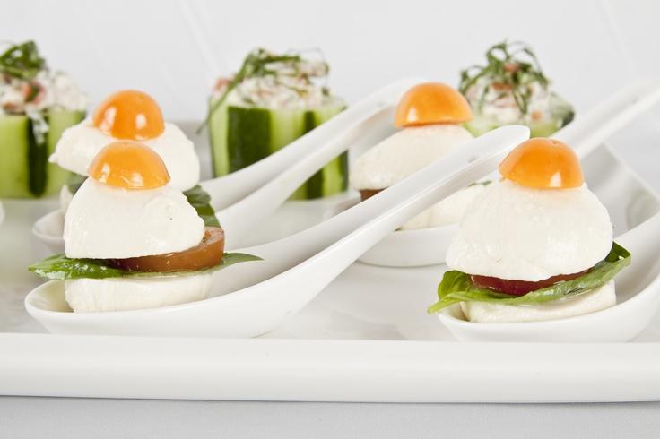 Parecen huevos fritos, pero en realidad son sanduchitos de queso con tomates cherry.
