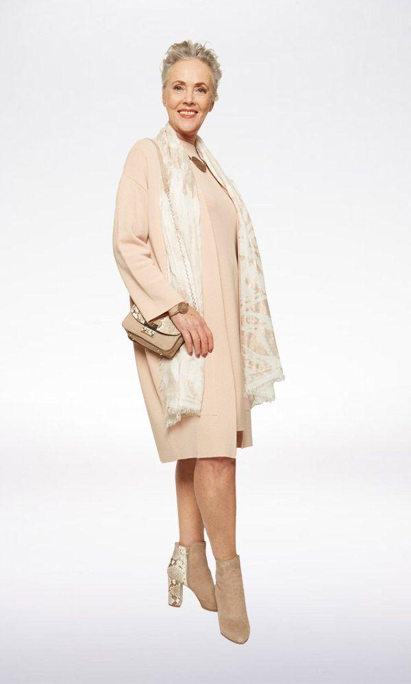 FRESH START Deze stijlvolle jurk met bijpassend vest van Qui in poedertint staat prachtig bij een zongebruinde huid. Geef de set extra kracht door 'm te combineren met mooie accessoires - zoals een zomerse shawl! - en maak het af met een pittige laars en tas.