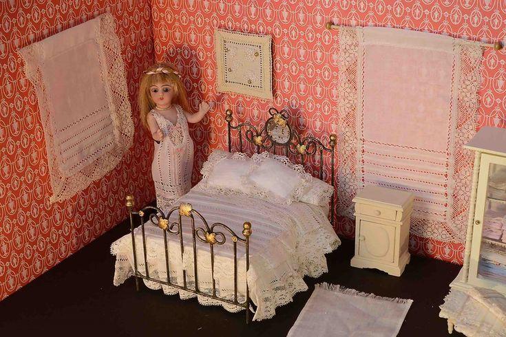 Labores para casas de muñecas a escala 1/12 realizadas a mano, totalmente artesanales y exclusivas: colchas, cortinas, manteles, ropa de cuna, toallas, ropa doblada para armarios, vestidos decorativos, todo con materiales antiguos y de alta calidad.