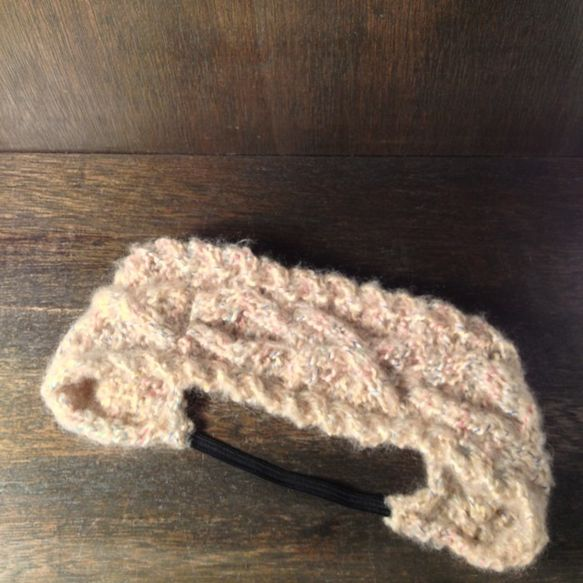 定番、ケーブル編みのヘアターバン♡淡いベージュに、ピンク.青.黄色のカラフルな色が入った、とても可愛い糸を使用しております 。ヘアバンド1つで、一気に今年らし...|ハンドメイド、手作り、手仕事品の通販・販売・購入ならCreema。