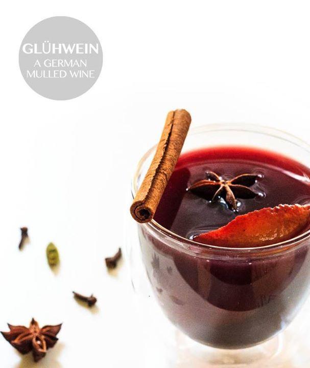 Настоящий немецкий глинтвейн Немецкое слово Glühwein буквально означает светящееся вино. Это традиционный зимний напиток который в огромных количествах продают на европейских рождественских ярмарках. Рецептов глинтвейна очень много но принцип приготовления остаётся неизменным: варится сироп со специями и цитрусовыми добавляется вино. В классическом глинтвейне используются апельсины лимоны корица ваниль мускатный орех гвоздика и красное сухое вино например Каберне. Я часто добавляю в…