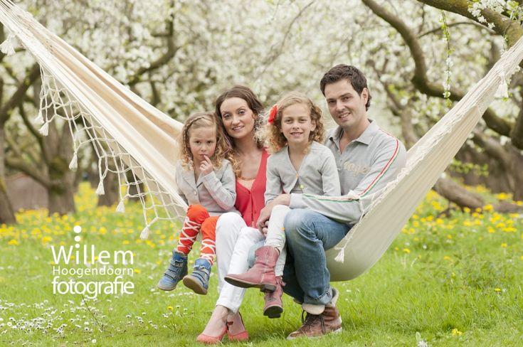 familiefotografie familieportret lente in boomgaard door Willem Hoogendoorn Fotografie, Woerden
