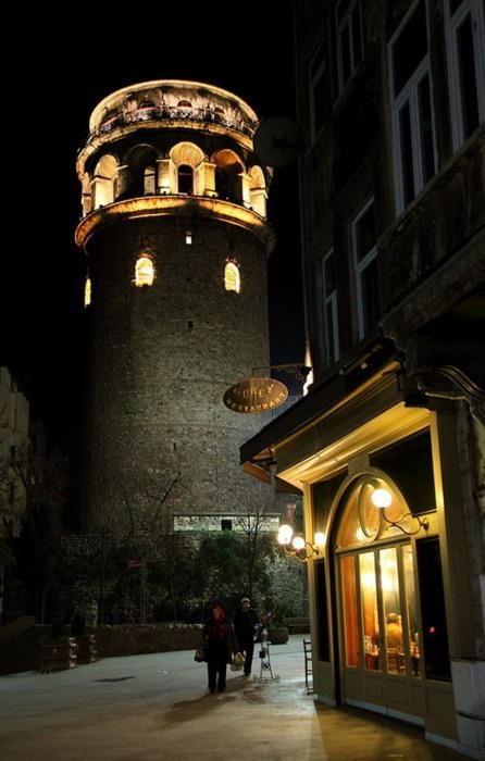 Galata Tower at night - Istanbul, veja no blog www.tha4you.com.br