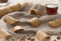 Le tegole dolci sono dei golosi biscotti che fanno parte della tradizione gastronomica valdostana. Il loro nome è da attribuire proprio alla forma, che richiama quella incurvata tipica delle tegole. Realizzare questo effetto, poi, è semplice: è sufficiente munirsi di un mattarello sul quale adagiare le cialdine calde, che in questo modo assumeranno la caratteristica  forma.  Pochi e semplici sono gli ingredienti che servono a preparare questi sfiziosi biscotti, i principali, nocciole e…