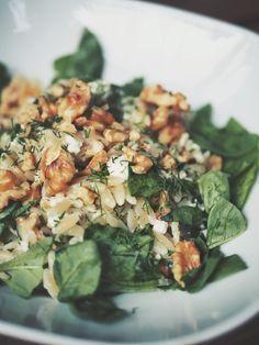 Dieses Gericht ist für mich ein absolutes Wohlfühlessen. Die kleinen griechischen Nudeln Kritharaki, die aussehen wie Reis, werden mit de...
