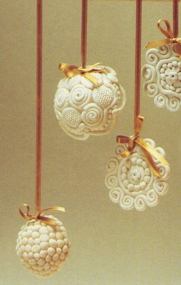 decorare l'albero di natale con palline di pasta al sale,natale,pasta al sale per decorare,palline di natale,come fare le palline di natale,fare le palline di natale,modellare la pasta al sale,palline ricamate con pasta al sale,
