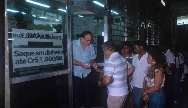 Sem dinheiro. Após o confisco do Plano Collor, bancos limitam saques: no Banerj…