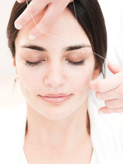 Augenbrauen richtig zupfen mit: Mit Pinzette oder Faden? Waxing, Rasieren, Enthaarungscreme, Laser oder Zuckerpaste – Wir haben die besten Tipps für perfekte Brauen!