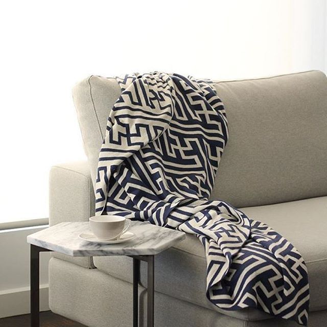 We love the way @empiredesignco has styled their Jasper with this throw