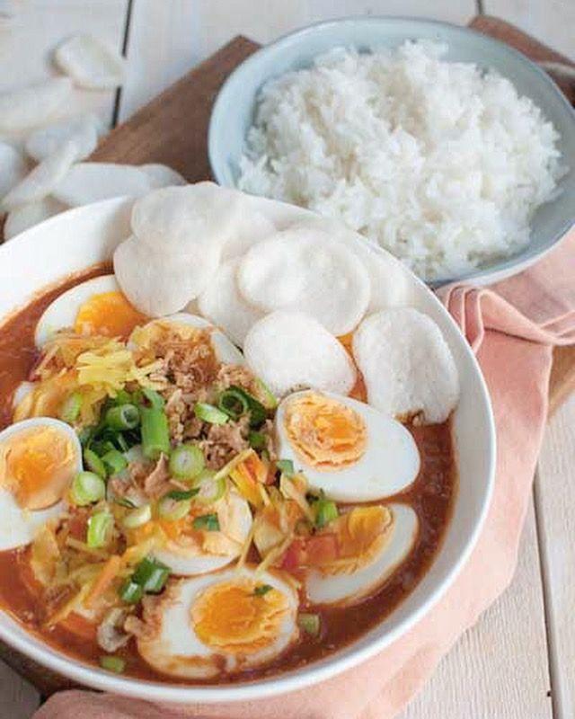 Recept: Indische eieren in pittige tomatensaus met rijst