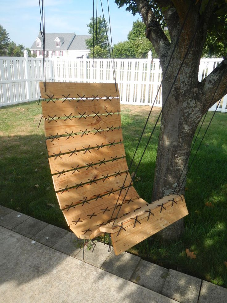 Paracord laced pallet hanging chair furniture tes and pallet chair - Serre en bois de palette ...