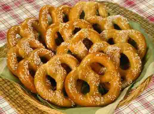 Origen e historia de los famosos Lazos Pretzels  Los famosos Pretzels son un tipo de galleta o bocadillo horneado, y retorcido en forma de lazo. Su origen es alemán (Brezel), etc...