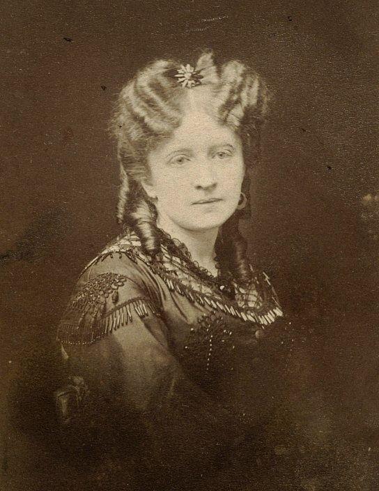 Jadwiga Łuszczewska (Deotyma) - polska poetka i powieściopisarka. Pisała wiersze, poematy, dramaty oraz powieści. Od 1870 roku prowadziła w Warszawie własny salon literacki.