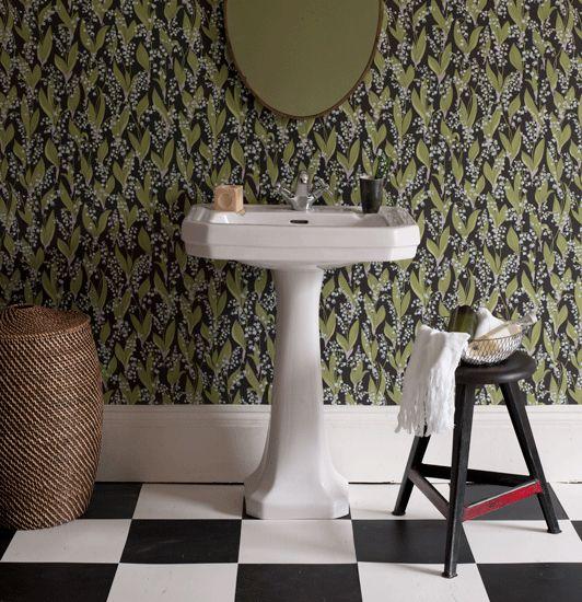 Litet badrum, schackrutigt golv, tapet liljekonvalj från Sandberg Tyg&Tapet.