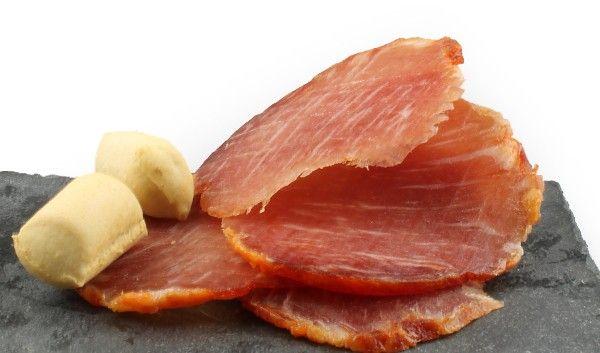 Lomo Ibérico de Bellota. Medias cañas de corte limpio, coloración homogénea anaranjada con leves trazas de grasa entreverada propia del cerdo. En el deguste es sabroso, con salinidad equilibrada y gusto jugoso levemente pimentonado. Carne suave y de fácil masticación. http://www.porprincipio.com/jamones-y-embutidos/190-lomo-iberico-de-bellota.html#