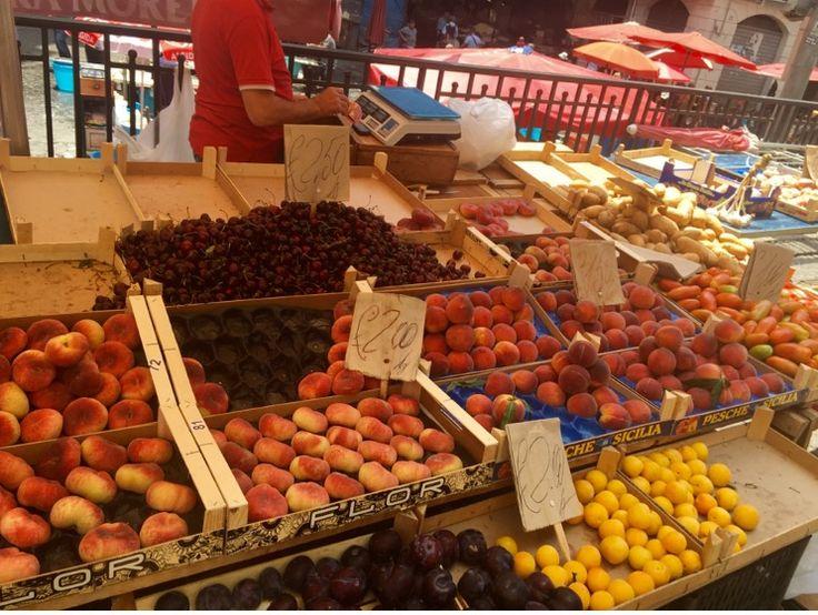 Pescheria ... tazecik meyveler ve bol balık çeşidi ile sicilya pazarı..