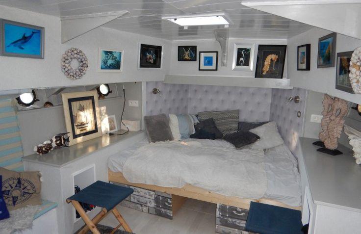 """In de boot """"My Dream"""" kan je heerlijk wegdromen van een romantische vakantie met z'n tweeën. De boot ligt in de tuin van B&B De witte Merel te Paal/ Beringen en kijkt uit over het golfterrein en de Paalse plas."""