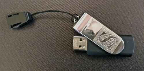 """Pennetta USB di varie capacità di memoria con gabbietta in acciaio e lastra di Argento 925 inciso e in questo caso personalizzato con la lettera """"S"""" dell'iniziale del cliente. NAA-Studio, Firenze"""