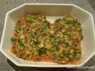 Laks med mandel-/basilikumtopping og saltbagte kartofler……….