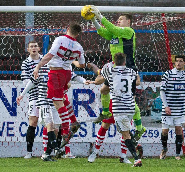 Queen's Park's keeper Wullie Muir catches the ball during the SPFL League Two game between Stirling Albion and Queen's Park.