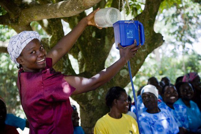 Tiesitkö, että hyvitämme tuotteidemme hiilijalanjäljen? Finn Spring on vuosia satsannut omien SPRING-tuotteidensa hiilijalanjäljen pienentämiseen. Vuodesta 2010 lähtien Finn Spring on hyvittänyt tuottamansa hiilidioksidin ostamalla päästöoikeuksia kansainvälisiltä hankkeilta. Tällä hetkellä hyvityskohteena on LifeStraw-vedenpuhdistimien jakelu Keniassa, jossa ilman puhdasta vettä on noin 60 prosenttia ihmisistä.