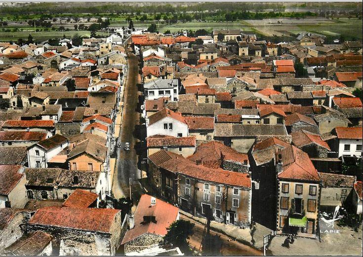 HISTOIRE  Le village de Saint-Bonnet s'est installé sur une terrasse sèche qui domine, au nord, le vallon d'un modeste ruisseau, le Sardon. On ne sait rien sur l'origine du village, mais celle-ci pourrait être relativement tardive et dater du Haut Moyen Age. Saint-Bonnet porte le nom d'un évêque de Clermont, évêque de la fin du 7e siècle, qui, sanctifié, fut très vite l'objet d'une grande vénération. Le nom du village apparaît pour la première fois en 1141 quand Aymeric, alors évêque de…