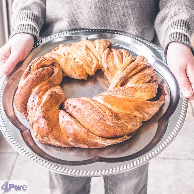 Cinnamon wreath bread - English recipe - A delicious sweet bread with spices cinnamon in strings twisted into a wreath. This is not only beautiful on the table, this is really tasty!