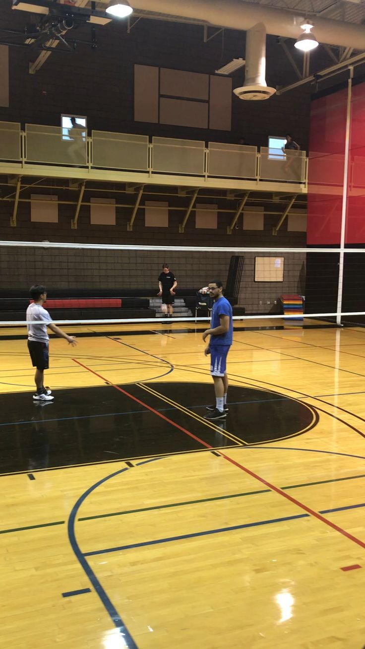Volleyball Tips Serving Volleyball Serving Volleyball Tipps Dienen Conseils Pour Le Volleyball Consejos De Voleibol Que Sirven Volley In 2020 Volleyball Drills