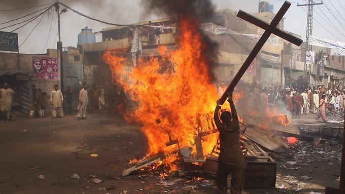 #Christen leben in #Pakistan gefährlich - immer wieder kommt es zu Gewalt gegen die Minderheit. Hier: Ausschreitungen in Lahore im März 2013.