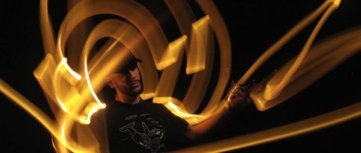 Maak met een zaklamp of tl-buis een lichttekening terwijl je door vijftig camera's wordt gefotografeerd. Op de bullet-time video van de Lumasolator 360° staat de tijd stil en bekijk je jezelf en je lichtsculptuur van alle kanten.