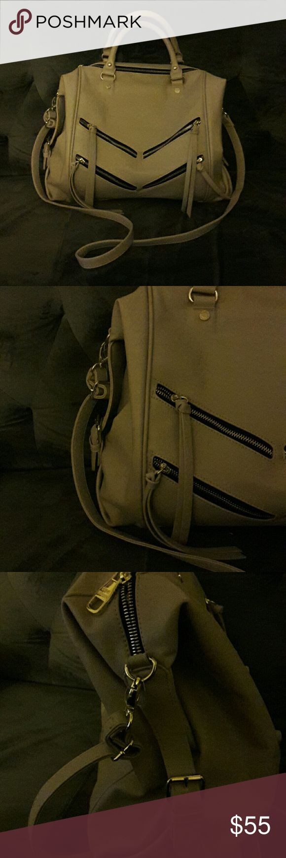 New Steve Madden Handbag New Steve Madden handbag. The bag is very large and can fit many things. It has the strap so you can use as a crossbody. The zippers on the exterior are extra compartments that allow you to store more things. Steve Madden Bags Satchels