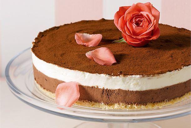 Suklaamoussekakku ✦ Tässä suklaamoussekakussa on kaksi suussasulavan suklaista kerrosta. Halutessasi voit valmistaa kakun pelkästään toisella täytteellä kaksinkertaistamalla sen määrän. http://www.valio.fi/reseptit/suklaamoussekakku/