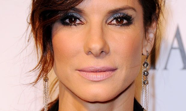 Make para pele madura: 10 looks da Sandra Bullock para se inspirar
