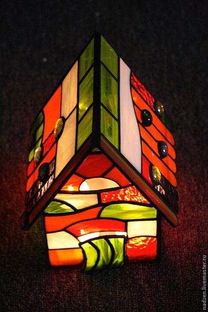 Купить или заказать Подсвечник из цветного стекла витраж тиффани Домик гнома в интернет-магазине на Ярмарке Мастеров. Домик из цветного стекла в витражной технике тиффани. Подсвечник рассчитан на 4 чайные свечи. Дверка открывается и ставятся свечки. Выполнен из стекла различной прозрачности и фактуры, преобладает красное и оранжевое. Материал: качественное американское стекло, никакого китайского.